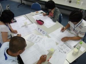 専門家グループでの学びを考察グループで共有する参加者